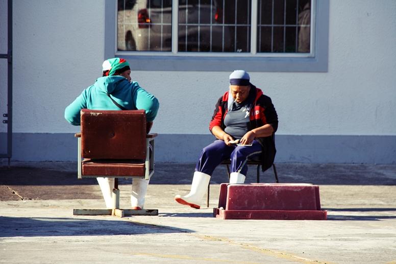 Zwei Frauen im Hafen von Hout Bay