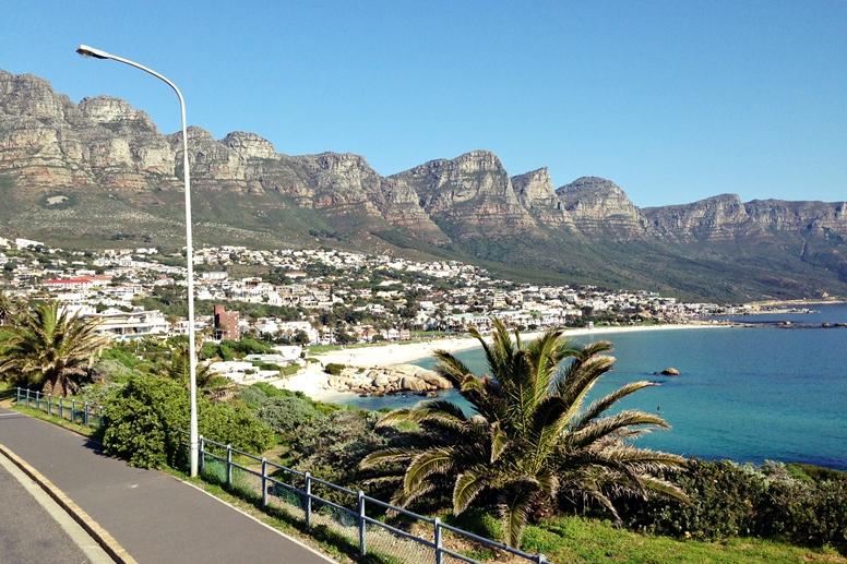 Blick auf die Buchten von Camps Bay in Kapstadt