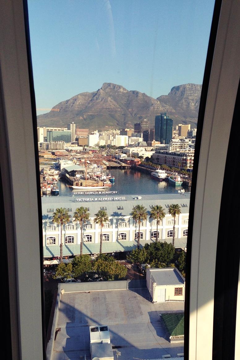 Blick von Kapstadts Riesenrad auf den Tafelberg