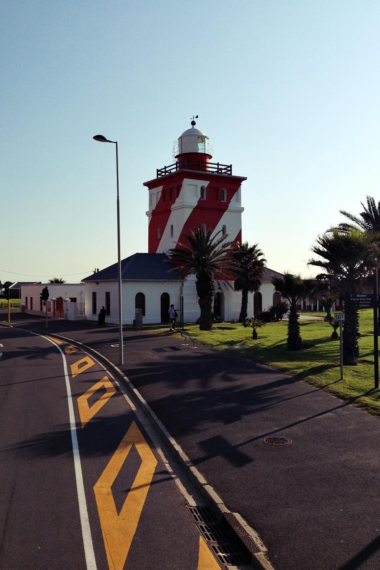 Rot-Weiß-gestreifter Leuchtturm in Kapstadt