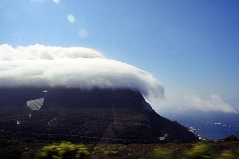 Ein in Wolken gehüllter Berg auf der Cape Point Tour