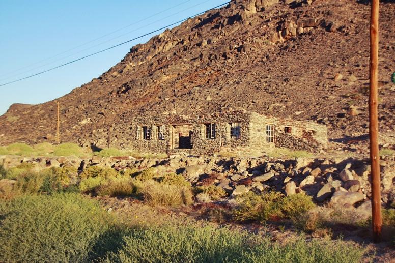Steinhäuser auf dem Weg zurück ins Orange River Camp