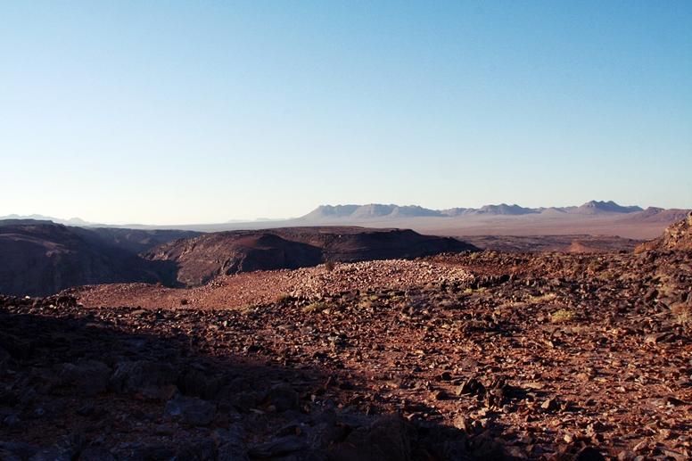 Mondlandschaft aus Geröll und Stein im Gebiet des Orange Rivers zwischen Namibia und Südafrika