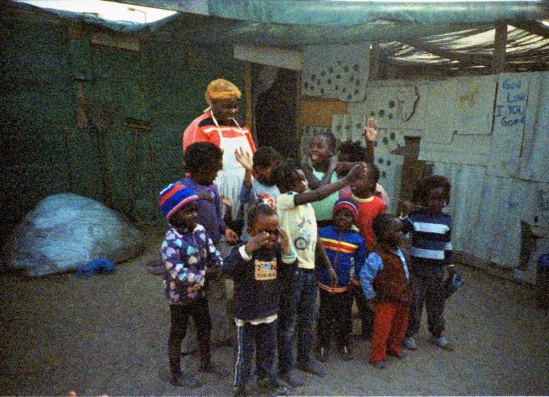 Frau mit Kindern in einem Township in Swakopmund