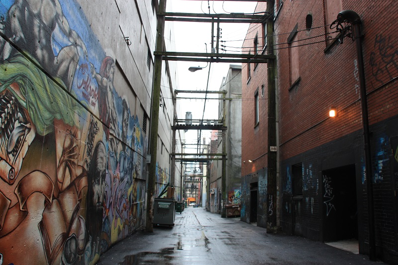 Dunkle Gasse Vancouver Kanada Streetart