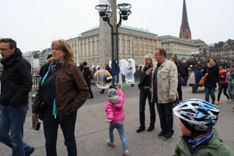 Hamburg Innenstadt Kind mit Seifenblasen