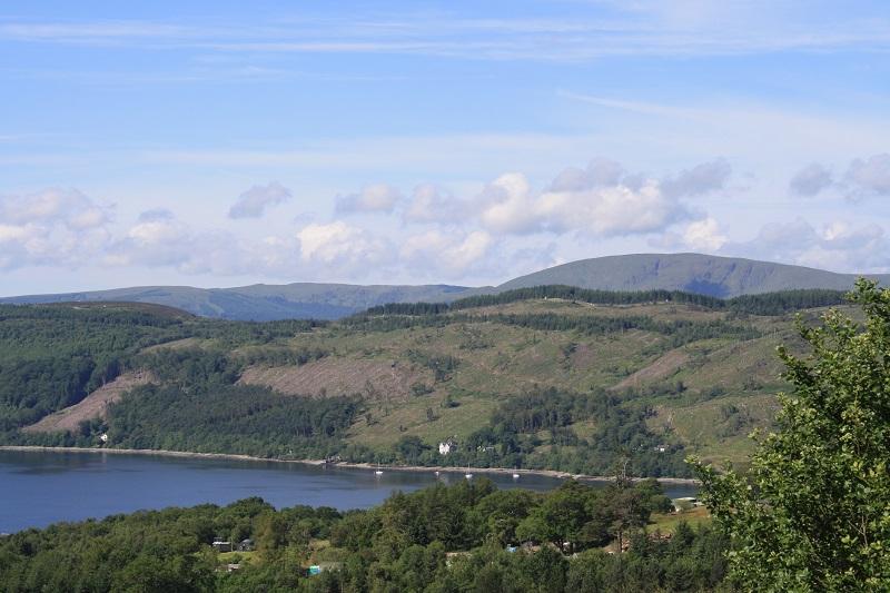 Blick über einen See in den Highlands in Schottland