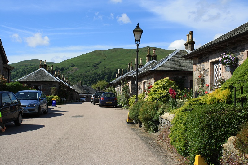 Unterwegs in Schottland fährt man oft durch kleine Dörfer, wie hier Loch Lomond