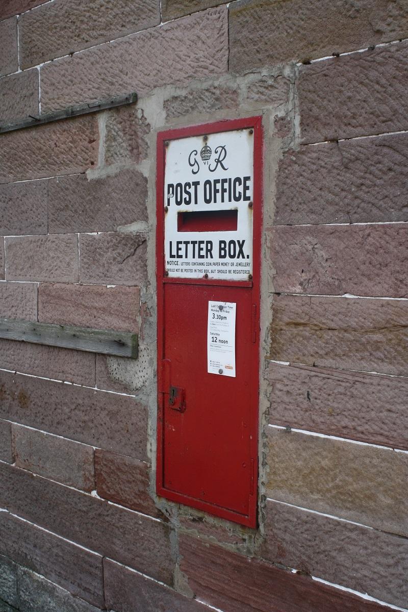 Post Office Briefkasten an einer Häuserwand in Schottland