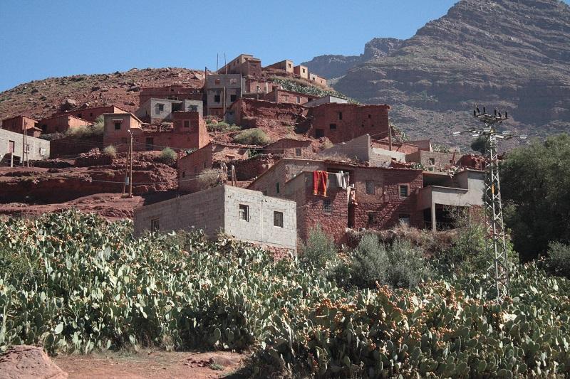 Ein Berberdorf in Marokko schlängelt sich einen Berghang hinauf.