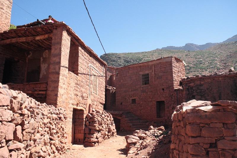 Enge, rote Gassen in einem Berberdorf in Marokko