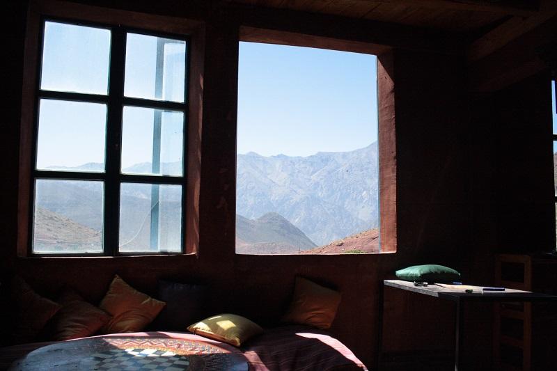Aussicht aus einem Fenster auf die Berge des Hohen Atlas in Marokko