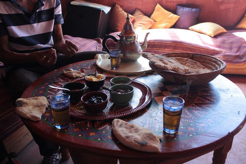 Tapas auf marokkanische Art, serviert in einem Berberdorf in Marokko