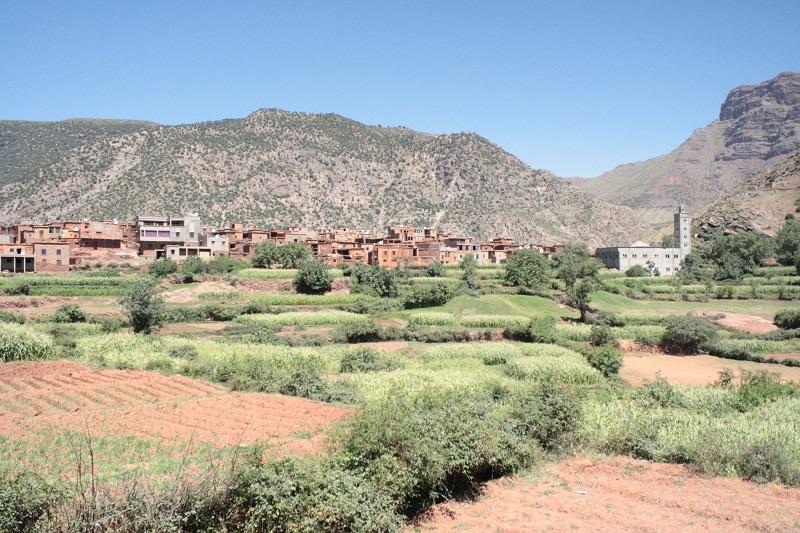 Blick vom Balkon einer Herberge auf die Häuser eines Berberdorfes in Marokkos hohem Atlas Gebirge
