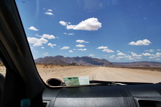 Blick aus dem Autofenster auf die leeren Straßen in Namibia