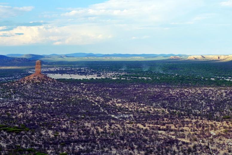 Blick von oben auf den Vingerklip in Namibia