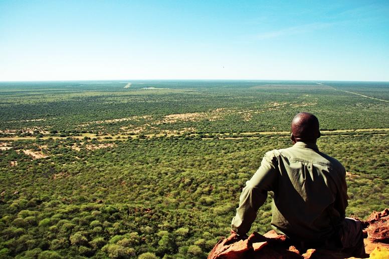 Unser Guide auf dem Waterberg Plateau mit Blick über die Savanne in Namibia