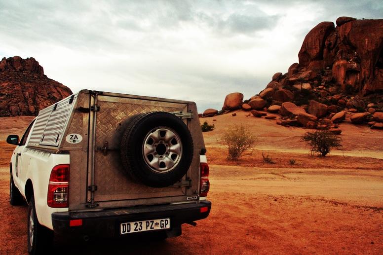 Unser Mietwagen vor einer Gesteinsformation auf der Ameib Ranch