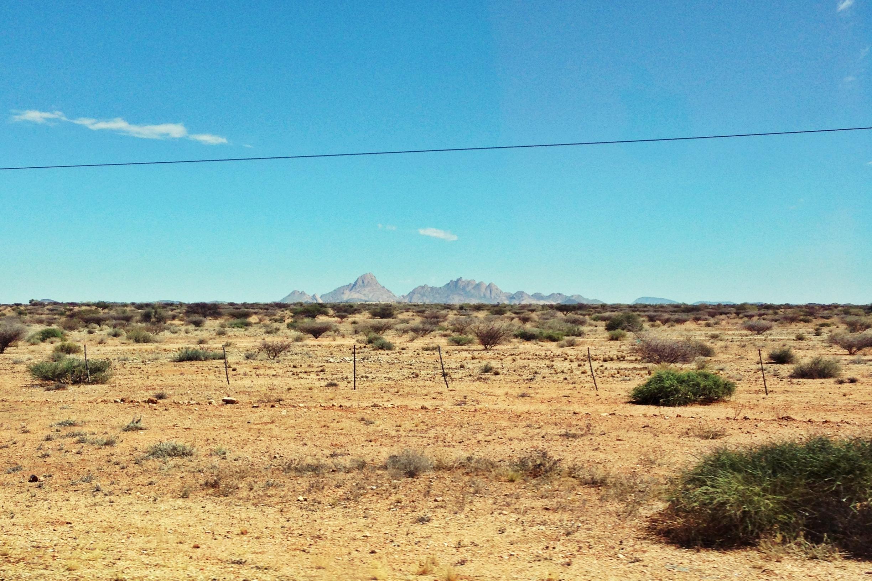 Blick von der Straße auf die Spitzkoppe in Namibia