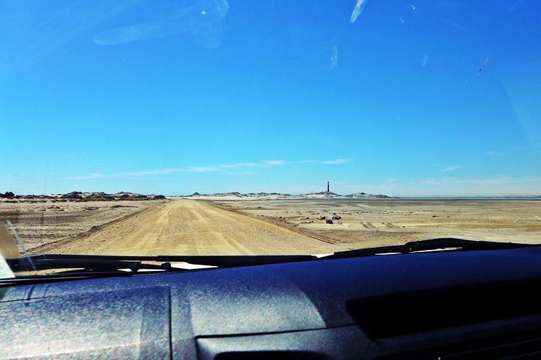 Blick aus dem Autofenster in Richtung Leuchtturm von Lüderitz in Namibia