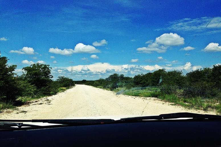 Straße zum Mondjila Safari Camp