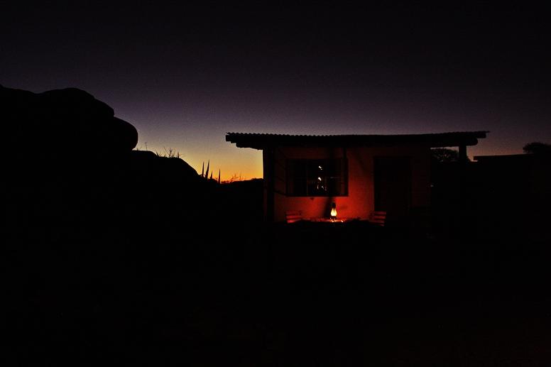 Hütte der Namtib Desert Lodge im letzten Licht der Sonne