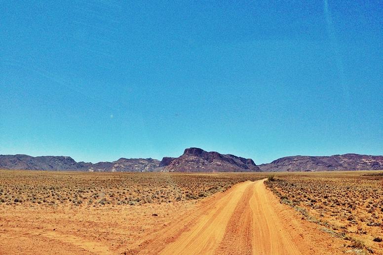 Anfahrt über eine Staubpiste zur Namtib Desert Lodge in den Tiras Berge in Namibia