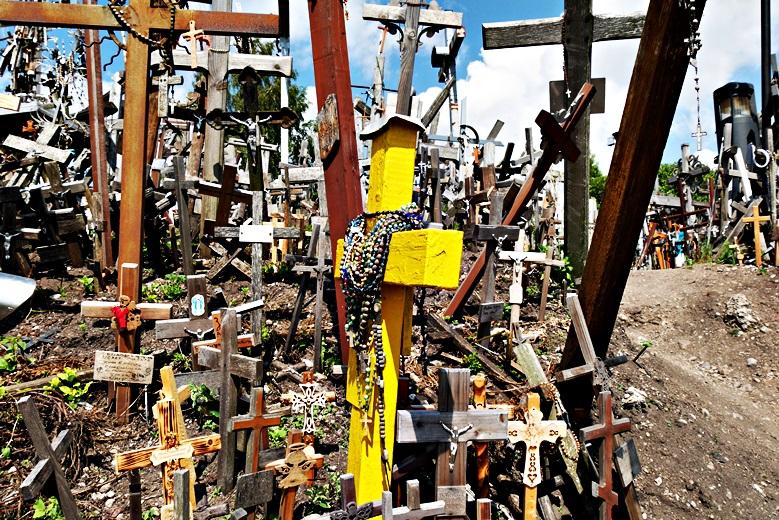 Ein knallgelbes Kreuz beim Berg der Kreuze, eine der Sehenswürdigkeit in Litauen