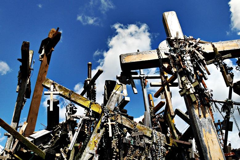 Detailaufnahme der Kreuze beim Berg der Kreuze, eine der Sehenswürdigkeit in Litauen