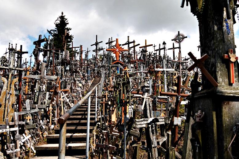 Direkter Blick auf ein Meer aus Kreuzen beim Berg der Kreuze, eine der Sehenswürdigkeit in Litauen
