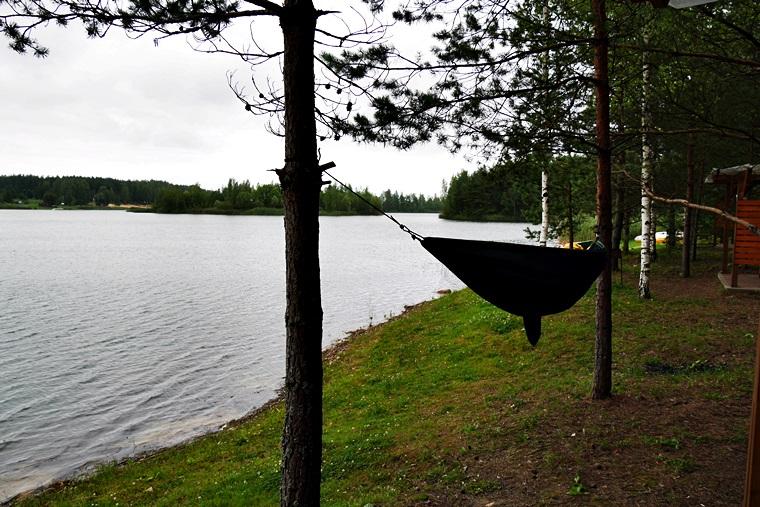 Hängematte vor einem See in Lettland