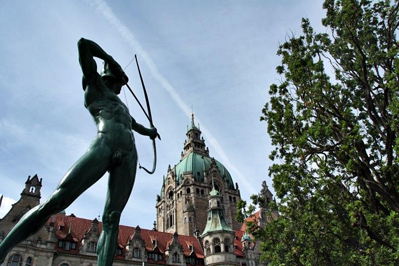 Das neue Rathaus von Hannover von unten mit Statur eines Bogenschützen