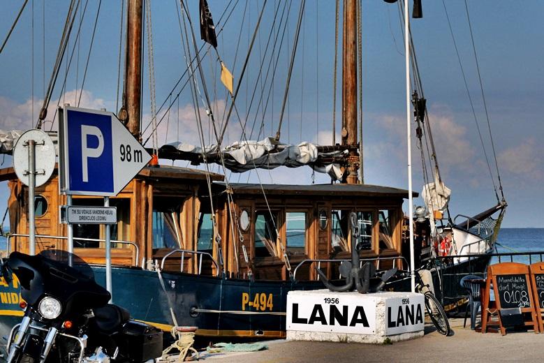 Fischerbot im Hafen von Nida, eine der Sehenswürdigkeit in Litauen
