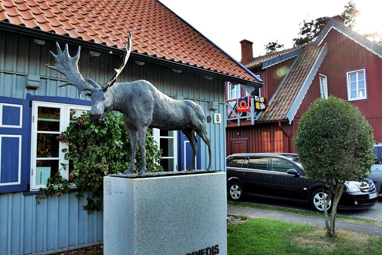 Touristeninformationen mit Statur aus Elch davor in Nida, eine der Sehenswürdigkeit in Litauen