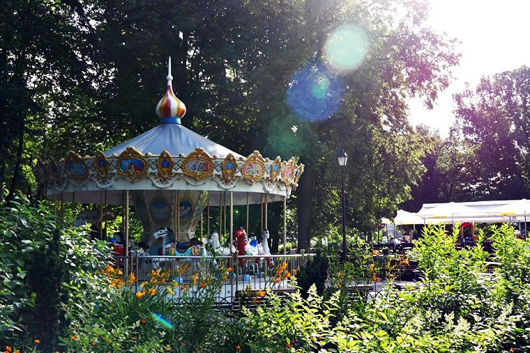 Park-mit-Karussel-Vilnius-Litauen