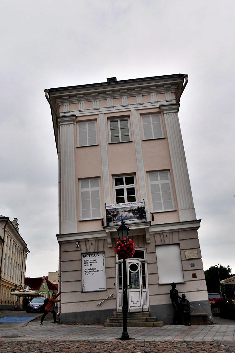 Schiefes Haus in Tartu in Estland