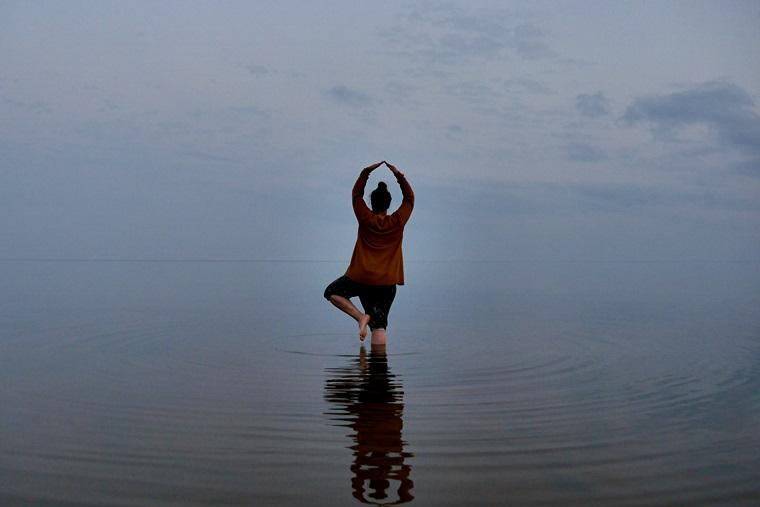 Frau im Peipus See in Estland