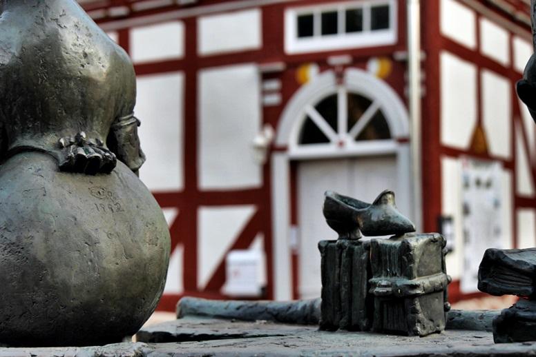 Blick auf das Altstadthotel, umrahmt von den allgegenwärtigen Märchenfiguren der Brüder Grimm