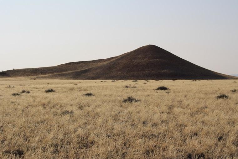 Ebene mit Hügel im Hintergrund des Namib Rand Naturereserves