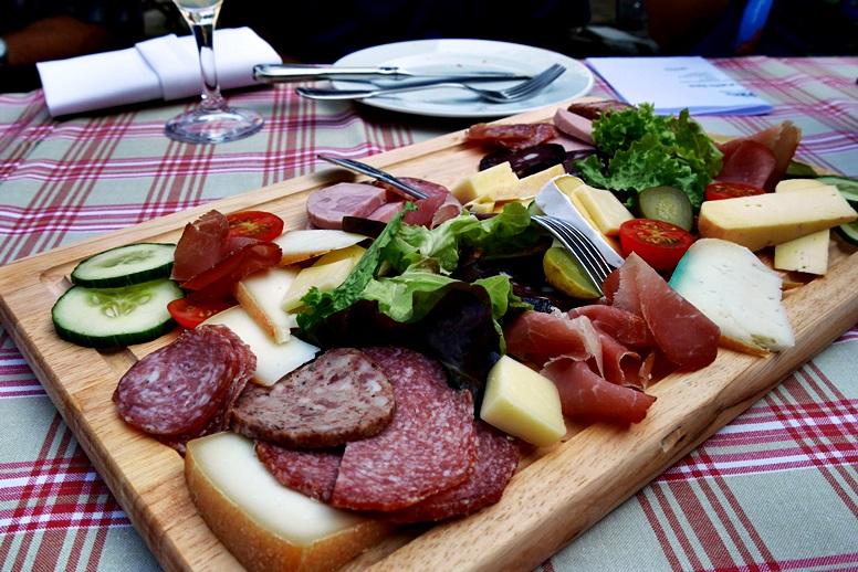 Brotzeit mit Wurst und Käse in der Bärenmühle an der Wegschleife des Hugenotten- und Waldenserpfades bei Louisendorf in Nordhessen.