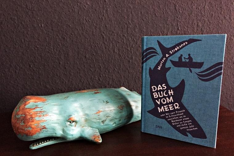 Cover das Buch vom Meer. Im Hintergrund eine Figur eines Pottwals