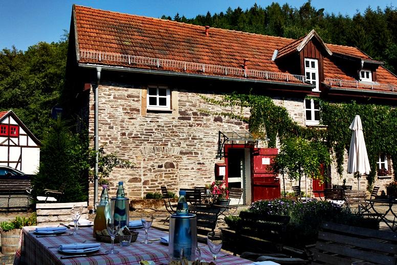 Gedeckte Tafel an der Bärenmühle an der Wegschleife des Hugenotten- und Waldenserpfades bei Louisendorf in Nordhessen.