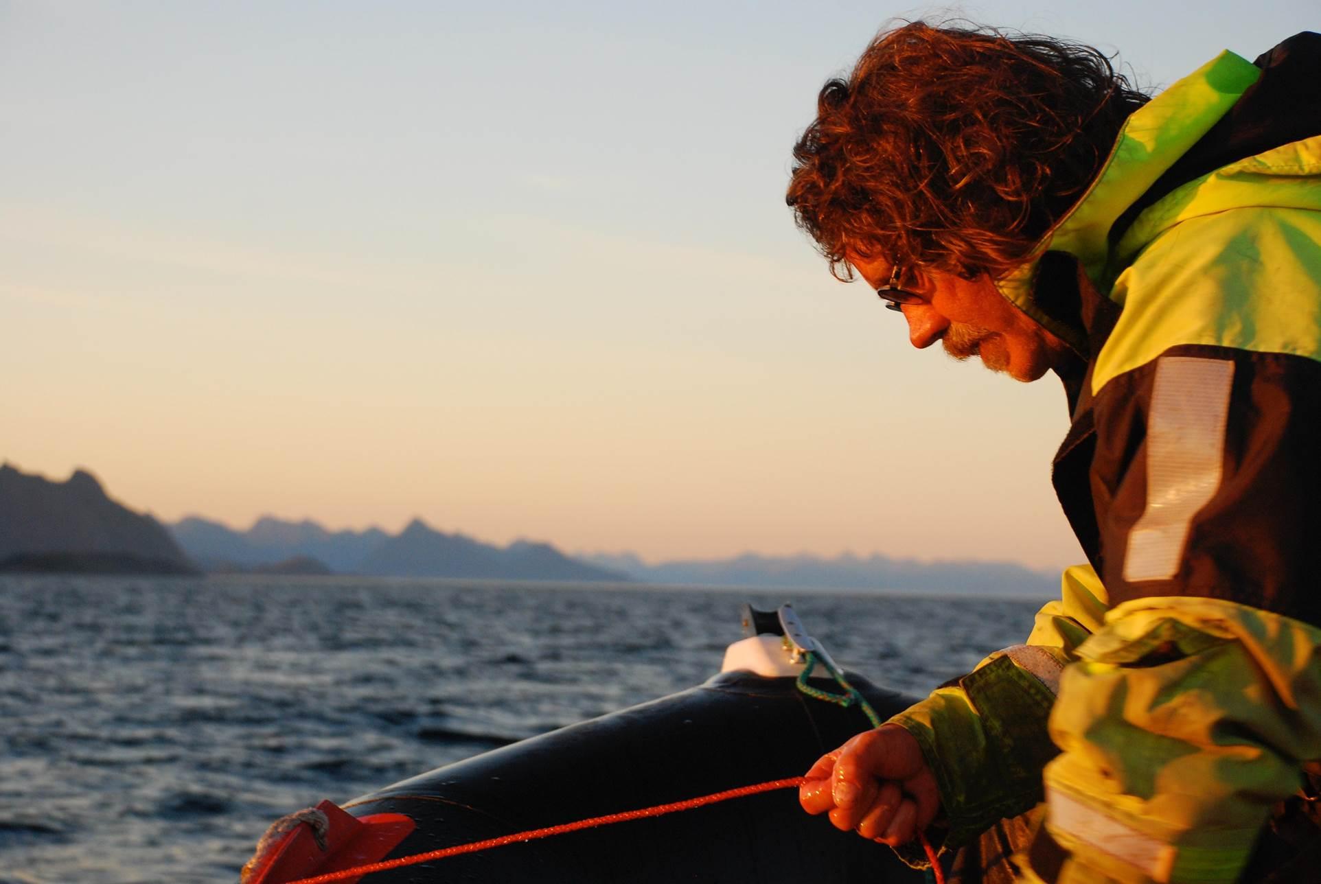 Fischer Hugo in seinem Boot. Rezension Das Buch vom Meer