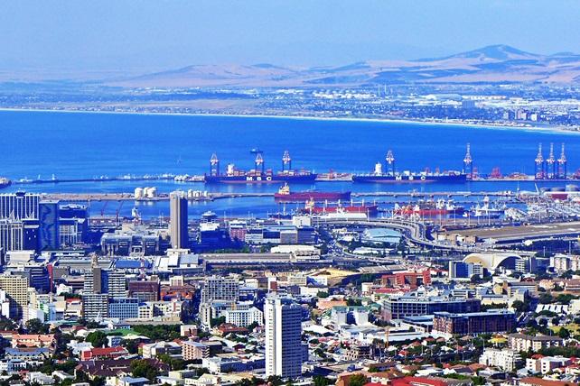 Blick vom Tafelberg Parkplatz der Seilbahn auf den Hafen von Kapstadt