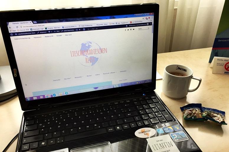 Laptop und Kaffee am Schreibtisch des Park Inn by Radisson Mainz