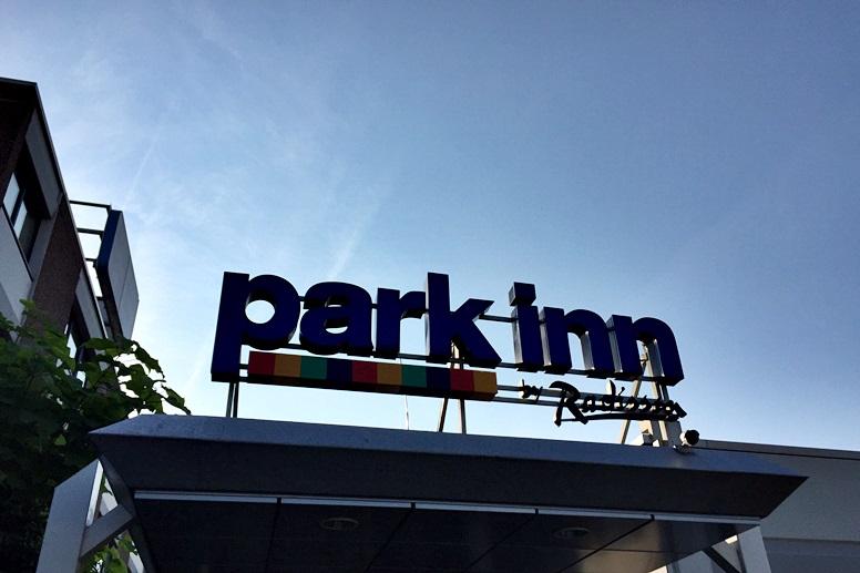 Schriftzug am Eingang des Park Inn by Radisson Mainz