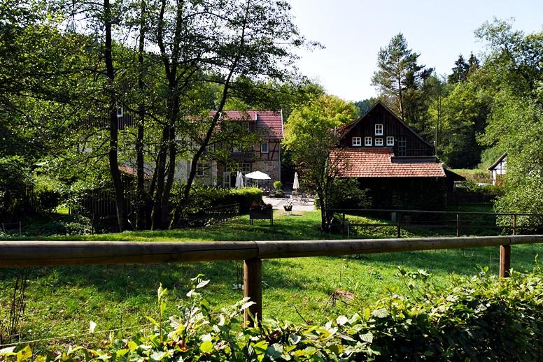 Blick auf die Bärenmühel an der Wegschleife des Hugenotten- und Waldenserpfades bei Louisendorf in Nordhessen.