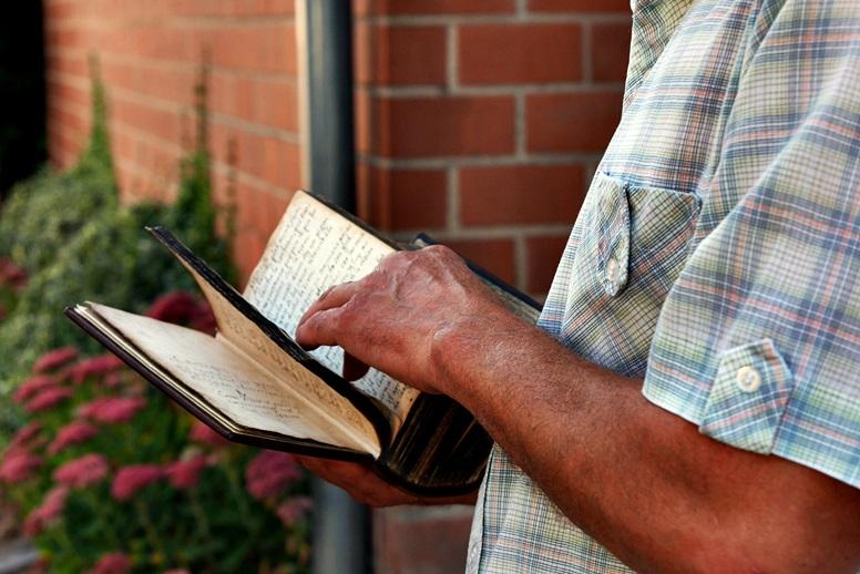 Uralte Familienbibel, gezeigt bekommen auf dem Hugenotten-und Waldenserpfad