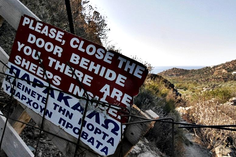 Wandern auf Kreta: Bitte das Gatter geschlossen halten, hier gibt es Ziegen und Schafe