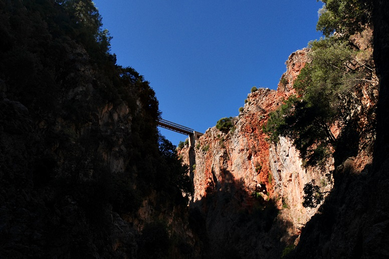 Wandern auf Kreta: Die Brücke über die Aradena Schlucht von unten